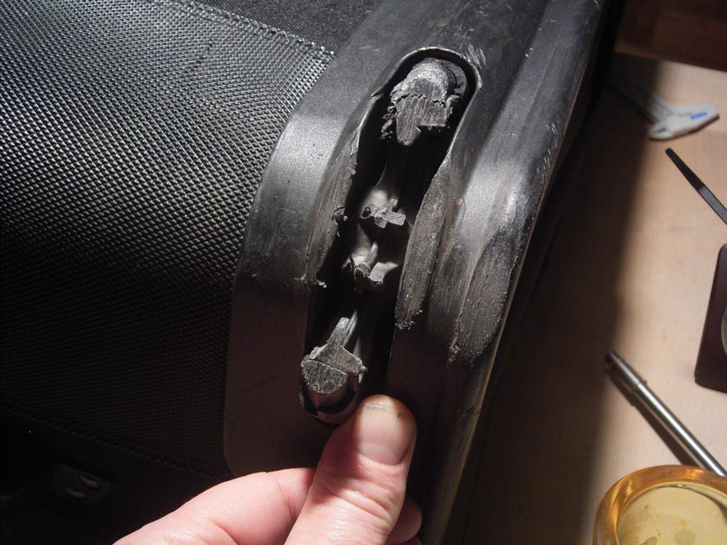 Durch mechanische Blockierung vollständig zerstörtes Kofferrad