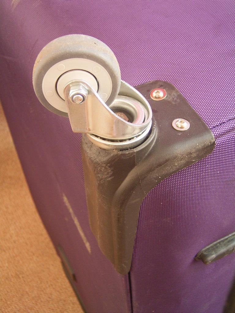 Ersatz eines zerstörten Radhalters durch eine Lenkrolle aus Stahl.